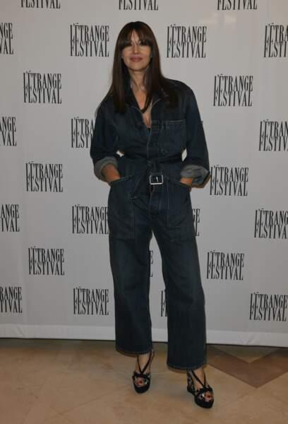 Comment styliser une combinaison en jean comme celle de Monica Bellucci ? En nouant la ceinture, très relax !