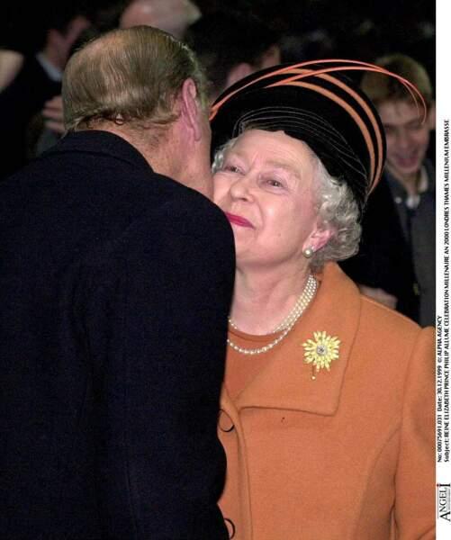 Le prince Philip embrasse son épouse la reine Elizabeth II lors des célébrations de l'an 2000 à Londres