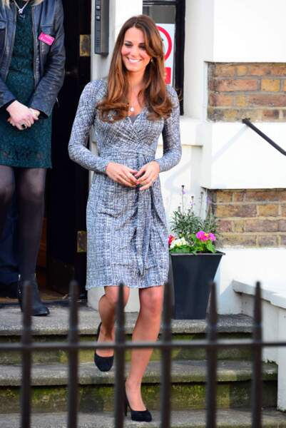 Kate Middleton, enceinte de 4 mois, dans une robe portefeuille à imprimé graphite, à Londres, le 19 février 2013.