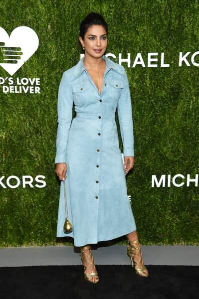 Priyanka Chopra rayonne dans une robe bleu et des accessoires dorés by Michael Kors.