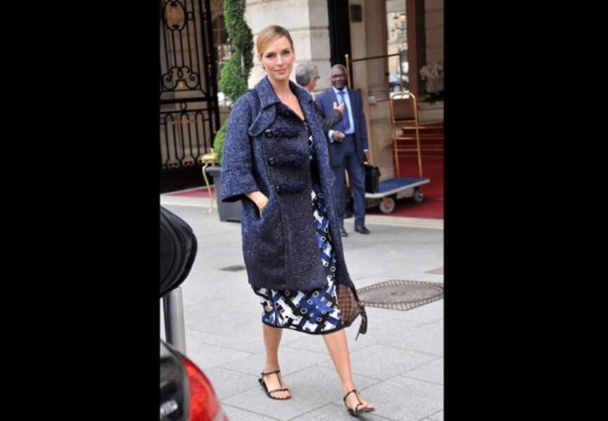 Uma Thurman, bleu chic et sandales estivales