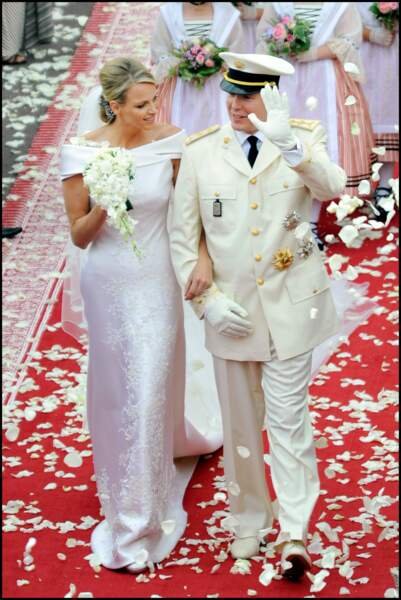 Charlene (en robe Armani) et Albert II de Monaco lors de leur mariage au Palais Princier en 2011