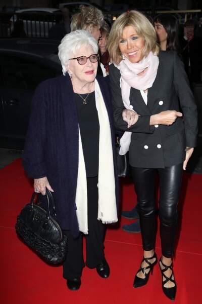 En avril 2016, Brigitte Macron radieuse en cuir au côté de Line Renaud après le spectacle Les Coquettes