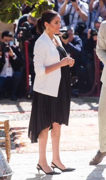 Meghan Markle sublime en robe noire à plus de 7 mois de grossesse et des boucles d'oreille Gas Bijoux le 25 février