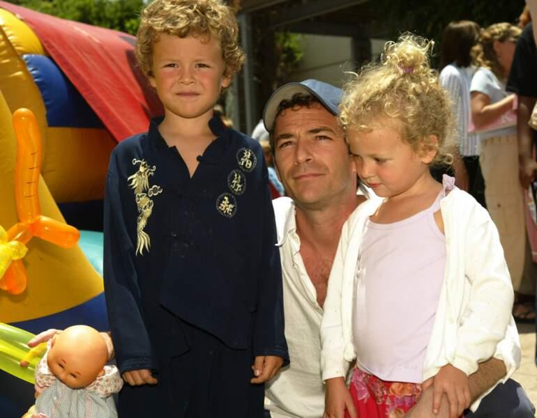 Luke Perry et ses enfants Jack et Sophie, à Los Angeles en 2004
