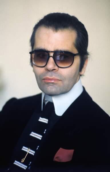 Lunettes fumées, col blanc haut et catogan, Karl Lagerfeld et son style très marqué, en 1979 à Paris