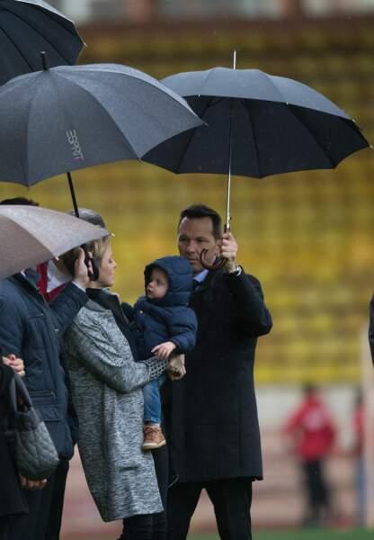 Entourés de parapluies, le couple mère-fils a affronté la pluie avec bonne humeur