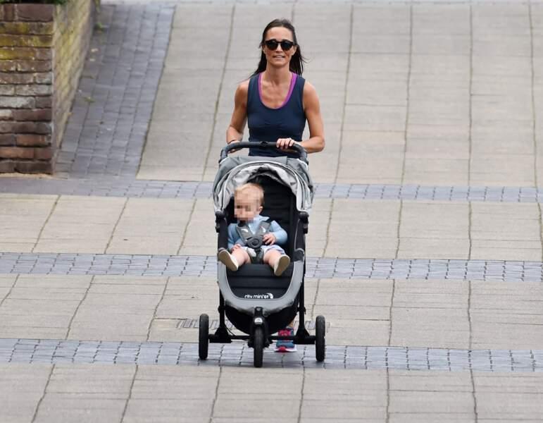 La jolie Pippa Middleton fait de l'exercice sur les quais avec son petit Arthur, à Londres, le 6 août 2019.