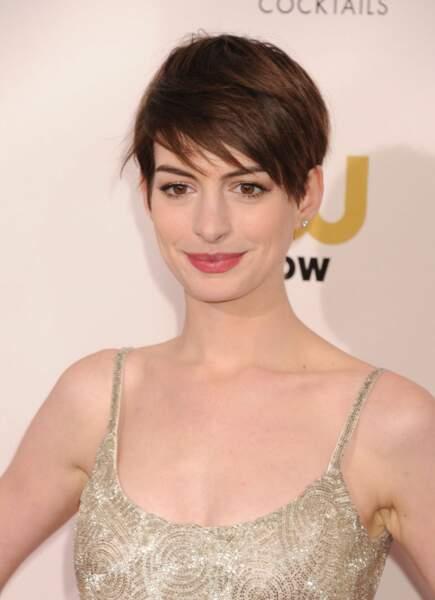 La coupe courte effilée de Anne Hathaway