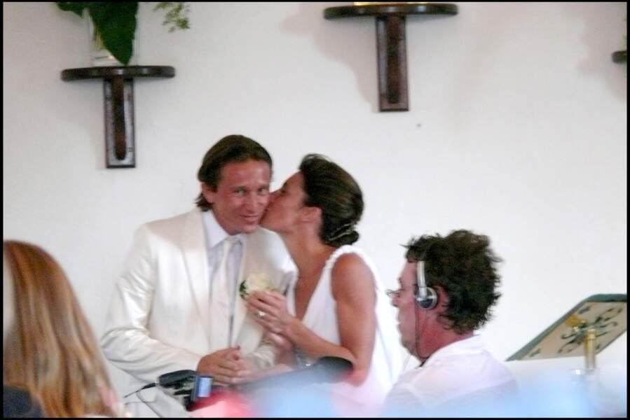 Un petit bisou chaste entre les jeunes époux Alessandra Sublet et Thomas Volpi