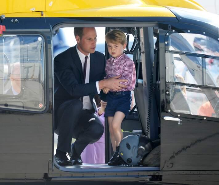 Le prince William avec son fils, le Prince George, à bord d'un hélicoptère