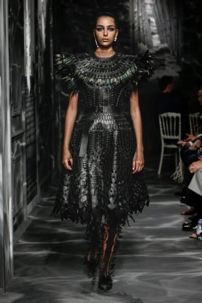 Dior donne une nouvelle silhouette à la Haute Couture pour une armure aux maxi épaules.
