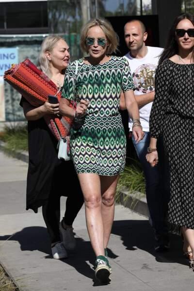 Sharon Stone a associé sa robe à une paire de baskets vertes