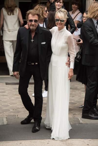 C'est en 2016 qu'on voit Laeticia Hallyday en permanence avec une paire de lunettes, ici avec Johnny au défilé Dior