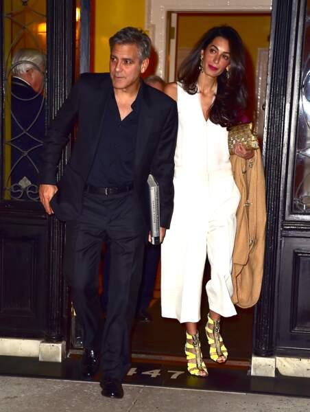 Amal Clooney voue une passion pour les chaussures avec toujours un brun d'originalité en 2015
