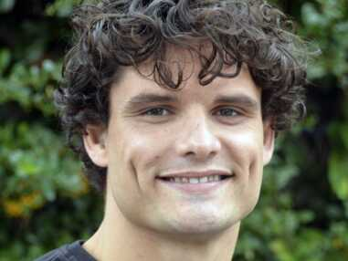 Floriant Manaudou les cheveux tout bouclés sur le tournage de Section de recherches