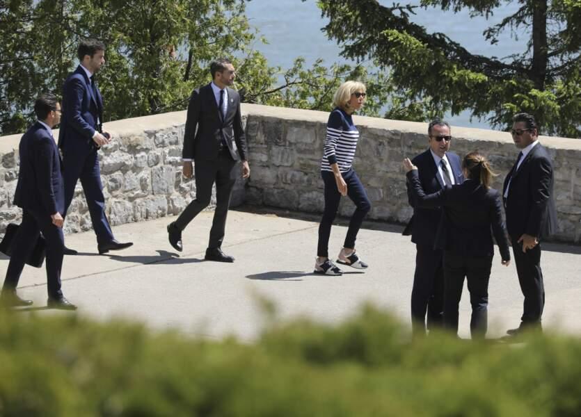 Brigitte Macron porte une paire de baskets Louis Vuitton au G7