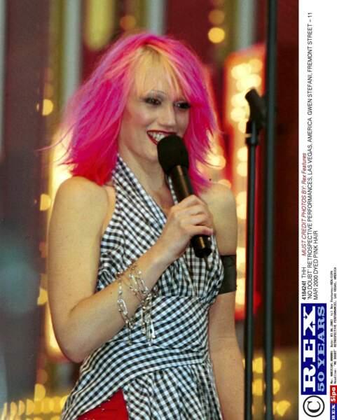 Il fut un temps où Gwen Stefani portait les cheveux rose… avec une frange jaune. Inspiration Cindy Lauper?