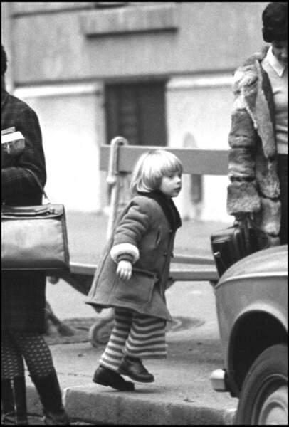 David Hallyday enfant, dans une rue de Paris en 1969