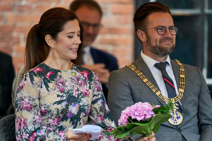 Mary de Danemark contemple un bouquet de fleurs