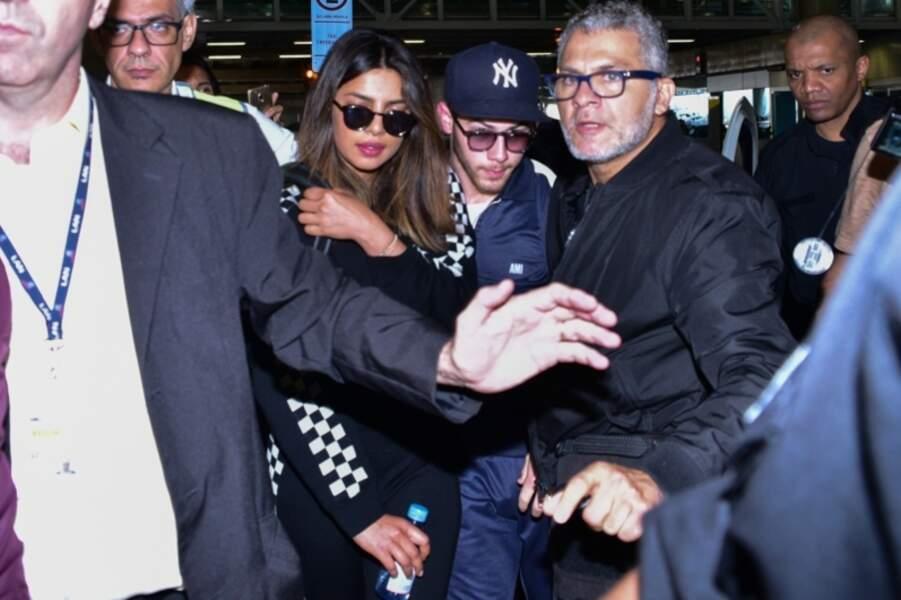 Priyanka Chopra et son compagnon Nick Jonas arrivent à l'aéroport de Guarulhos à Sao Paulo au Brésil