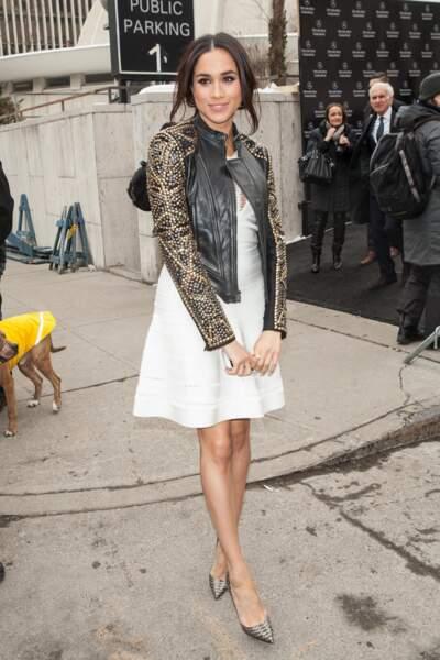 Meghan Markle arbore déjà son fameux chignon flou en 2016, lors de la Fashion Week de New York. et n'hésite jamais à dévoiler ses jambes fines.