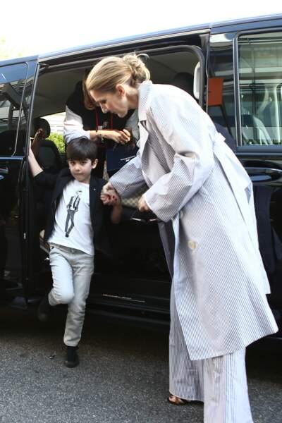 Arrivée au Bourget, Céline aide l'un de ses fils à descendre de voiture