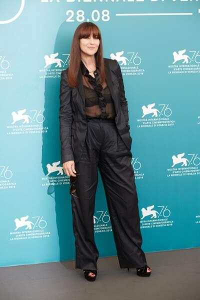 Monica Bellucci était ravissante en chemisier semi-transparent et pantalon large noir