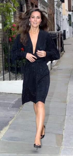 La robe scintillante décolletée, pour une touche sexy et chic, portée par Kate Middleton à Londres en 2007