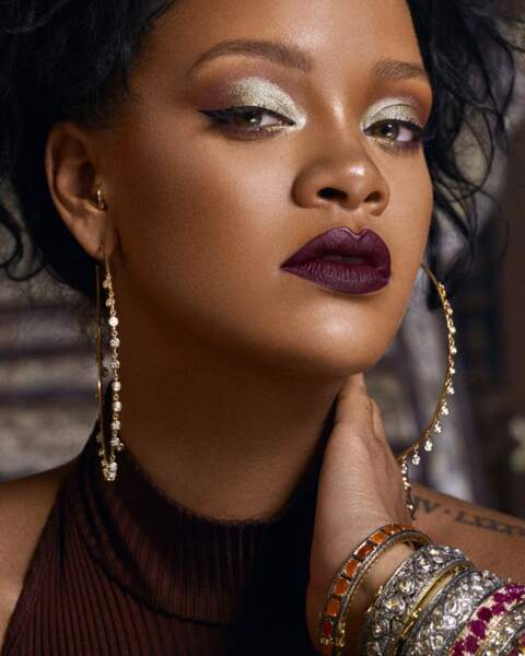 Rihanna aime l'irisé sur les yeux et la bouche bien sombre
