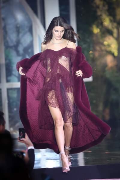 La top Isabeli Fontana sublime tout en transparence