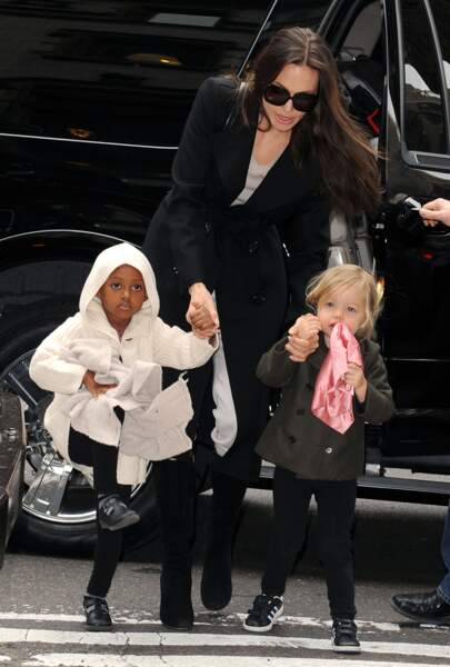 Shiloh Jolie-Pitt, avec sa mère Angelina Jolie et sa soeur aînée Zahara, à New York, en février 2009