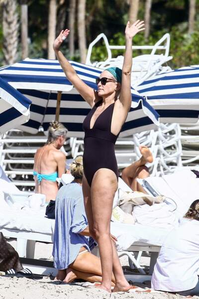 Sharon Stone a laissé le bikini au placard et s'est vêtue d'un maillot de bain une pièce