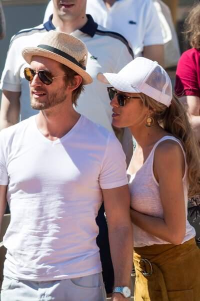Elodie Fontan et son compagnon Philippe Lacheau ont été aperçus à Roland Garros ce dimanche 2 juin