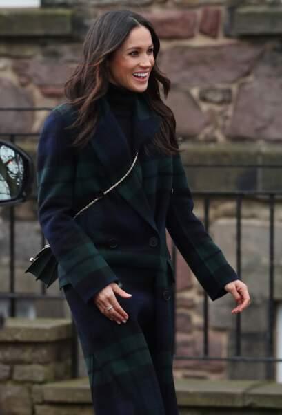 Meghan Markle en manteau Burberry et sac Strathberry lors d'une visite à Édimbourg le 13/02/2018