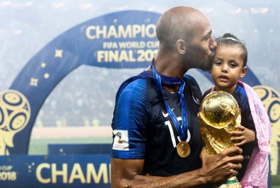 Steven Nzonzi embrasse tendrement sa fille, tandis qu'il porte la Coupe du monde après la victoire des Bleus