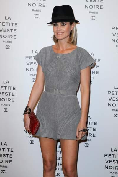 En 2012, Laeticia porte un carré blond mi-long au vernissage de l'exposition 'La Petite Veste Noire' à Paris