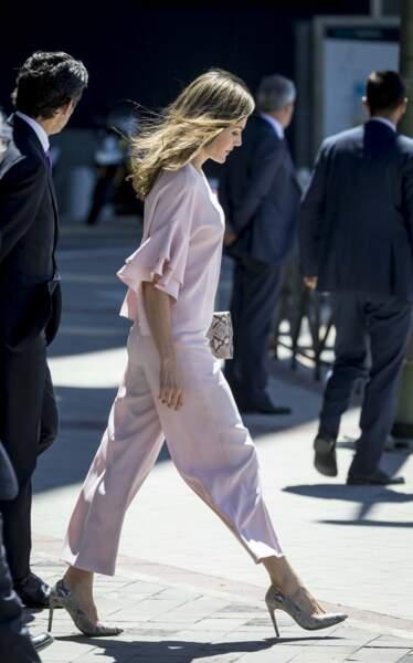 La bonne nouvelle? Son pantalon taille haute signé Zara ne vaut que 39,95 euros
