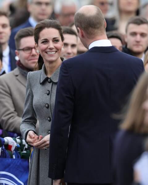 Kate Middleton très souriante avec sa queue-de-cheval qu'elle ne quitte plus