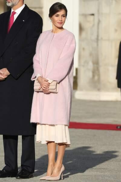 Un look doux et automnal pour Letizia d'Espagne avec son manteau rose pastel et sa robe crème