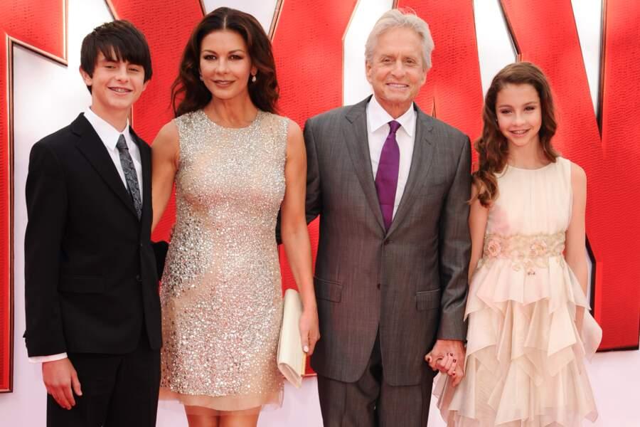 """Le couple et leur deux enfants, Dylan et Carys, à la première du film """"Ant-Man"""" (2015)"""