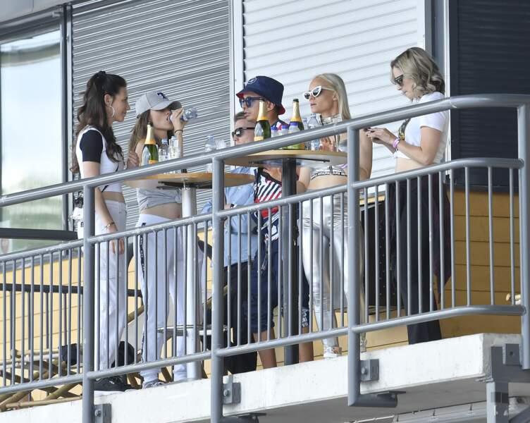 Avec ses soeurs Sara et Lina, elle a assisté à un festival pas comme les autres