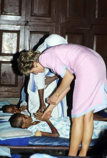 Fidèle à son penchant pour l'humanitaire Lady Di profitait de son déplacement pour rencontrer les enfants