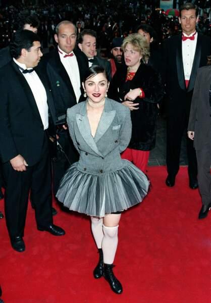 Madonna en brune, cheveux plaqués en queue de cheval, au Festival de Cannes en 1991