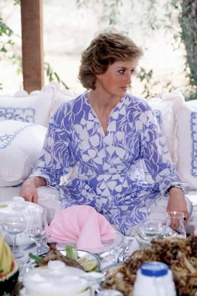 Lady Diana en robe tunique dessinée par Catherine Walker, aux Emirats Arabes Unis en 1989