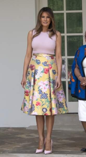 Melania Trump avec un top rose moulant sans manches et une jupe fleurie signée Valentino