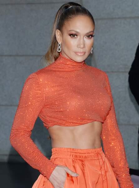 Jennifer Lopez exhibe aussi fièrement ses abdos sur tapis rouge