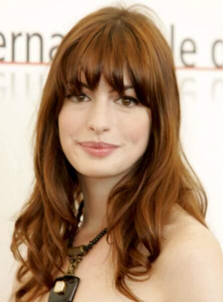 La frange longue de Anne Hathaway