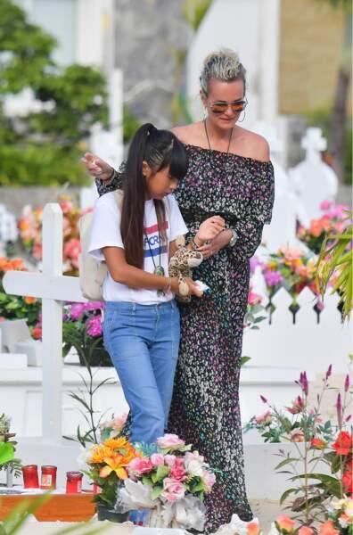 Laeticia et Jade Hallyday font une dernière visite sur la tombe de Johnny le 15 janvier 2018