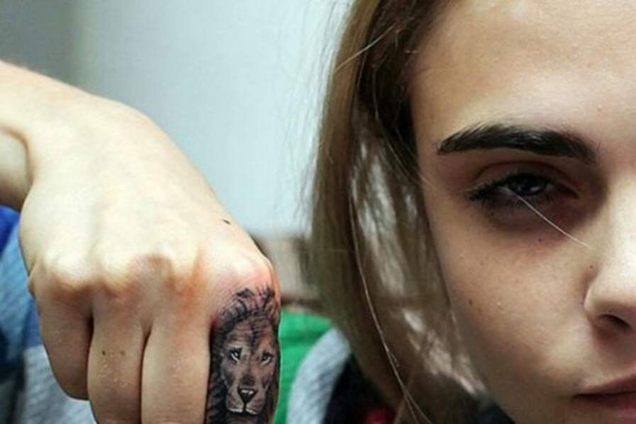 Parmi les tatouages de la top Cara Delevingne, on trouve le roi de la jungle sur son index